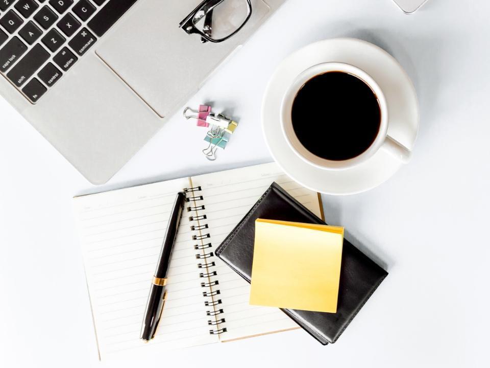 Kawa przy laptopie